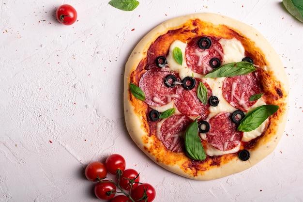 Lay piatto di pizza appena sfornata con olive