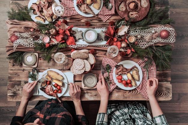 Flat-lay di amici mani mangiare e bere insieme. vista dall'alto di persone che hanno festa, raccolta, celebrando insieme al tavolo rustico in legno