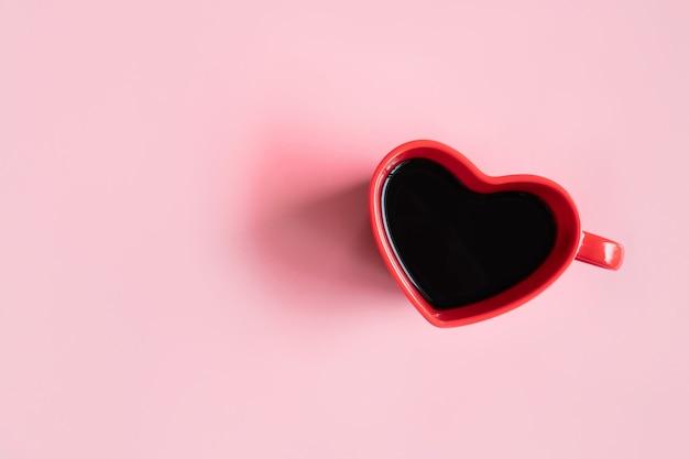 Lay piatto di una tazza di caffè a forma di cuore