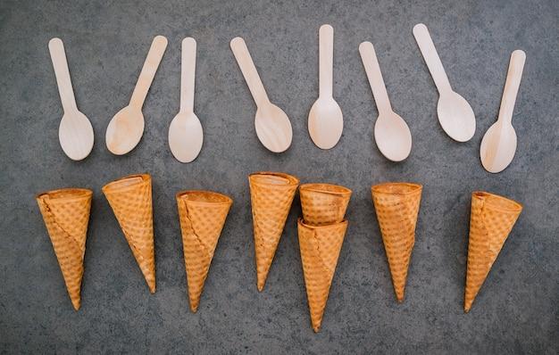 Collezione di coni gelato piatto laici su priorità bassa di pietra scura