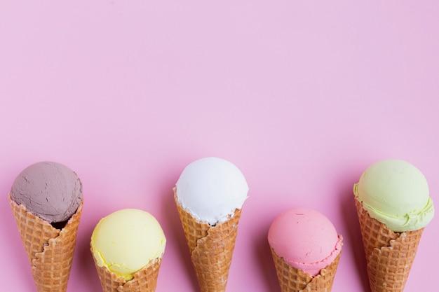Lay piatto di gusti di gelato con spazio di copia