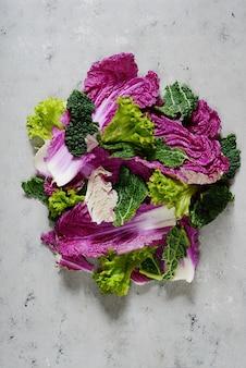 Disteso. foglie di lattuga verza e pechinese