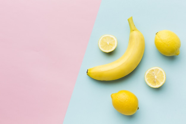 Disposizione piana dei limoni e della banana con lo spazio della copia
