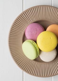 Macarons piatti sul tavolo di legno