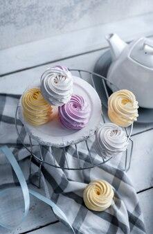 Marshmallow piatto laici assortiti tre gusti, sfondo bianco