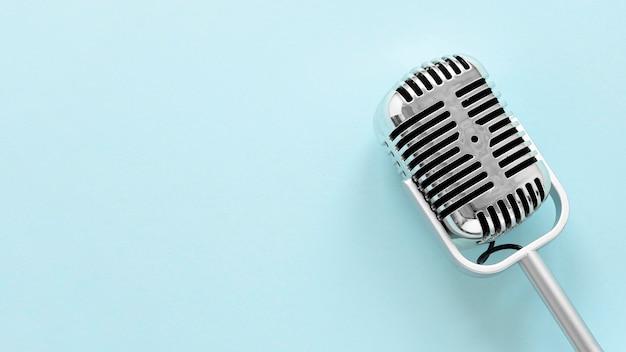 Microfono piatto con copia-spazio
