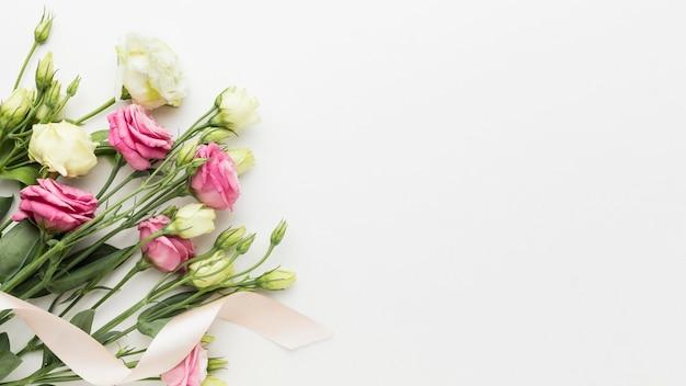 Mini bouquet di rose piatto con copia-spazio