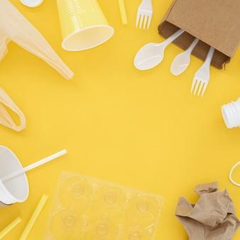Composizione di elementi in plastica non ecologici piatti