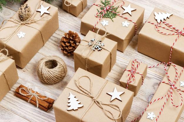 Disposizione piana dell'oggetto per il concetto di buon natale e felice anno nuovo. mescola scatole regalo e accessori, decorazioni e ornamenti per il periodo natalizio.