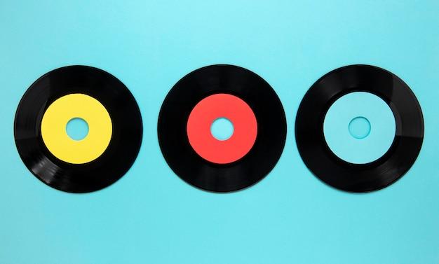 Dischi di vecchio disco piatto laici su sfondo blu