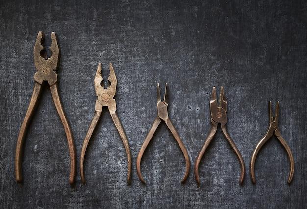 Vecchi utensili a mano piatti, pinze arrugginite