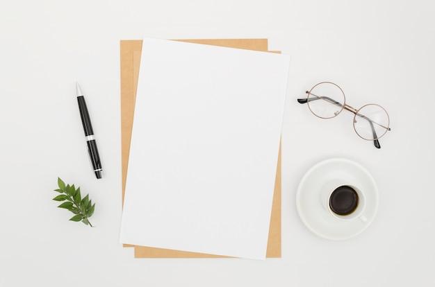 Mockup di carta piatto laico sull'area di lavoro Foto Premium