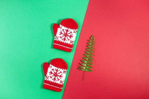 Foto piatta laica con decorazioni natalizie su geometrico rosso e verde b