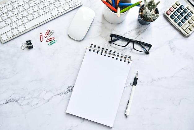Foto piatta dell'area di lavoro. vista dall'alto mock up notebook