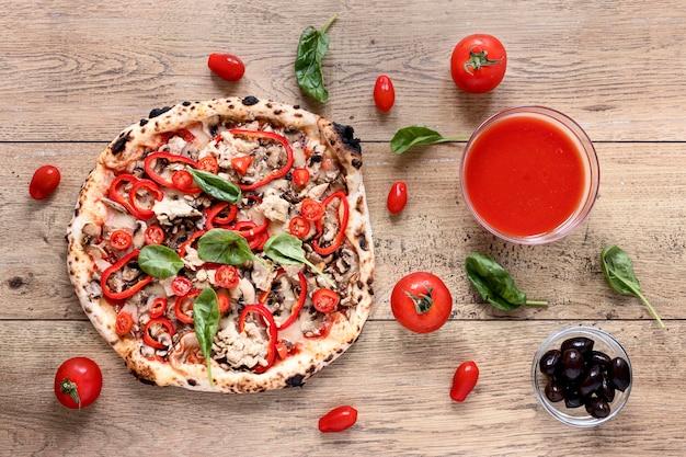 Pizza piana di disposizione su fondo di legno