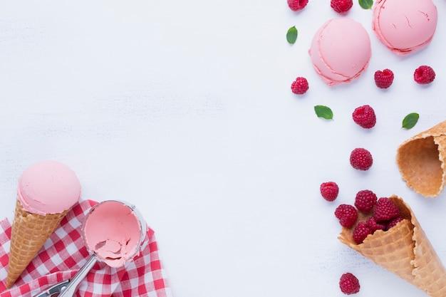 Piatto disteso di gelato al gusto di lampone