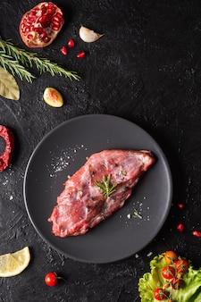 Piatto di laici concetto di carne cruda Foto Premium