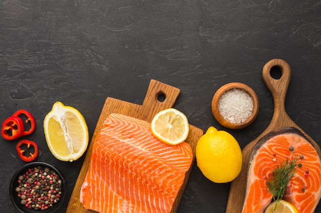 Disposizione piatta di salmone e limone