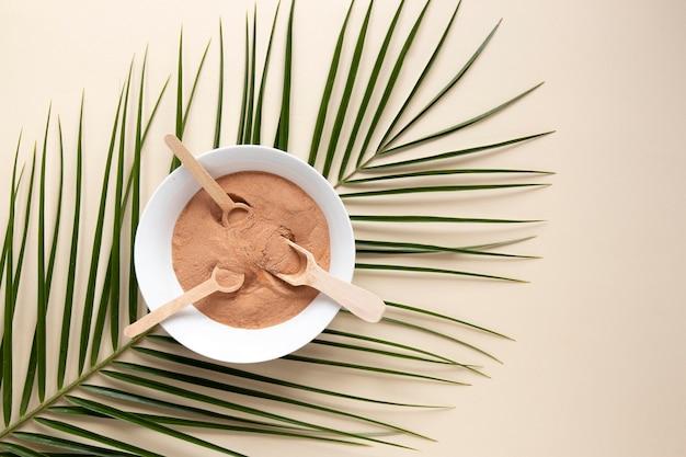 Sabbia piatta laici in una ciotola con cucchiai