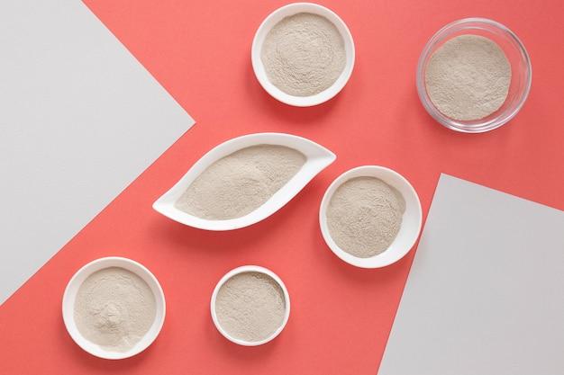 Sabbia piatta laici su sfondo rosso pastello