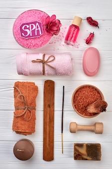Set piatto di accessori sanitari per spa sulla scrivania bianca