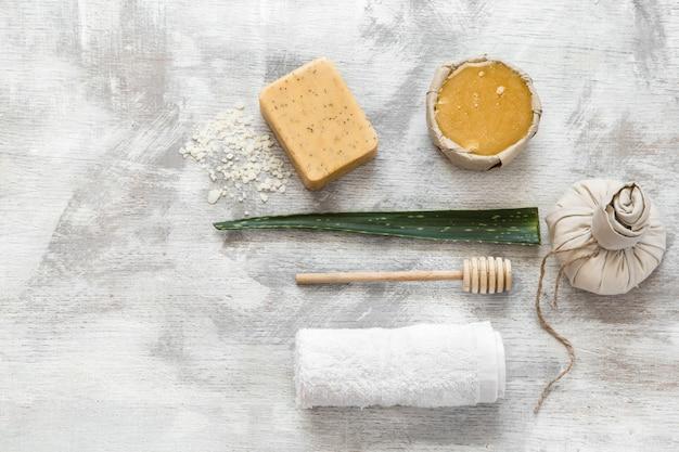 Disposizione piatta di articoli per la cura della pelle