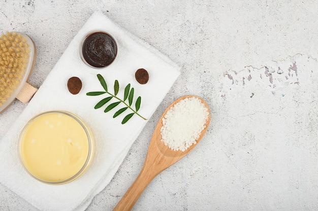 Spa piatta. layout piatto con accessori, cosmetici spa, sale da bagno, crema e asciugamani