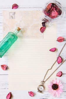 Piatto lay stock photography petali di fiori viola lettera busta carta trasparente bottiglia di vetro tasca orologio