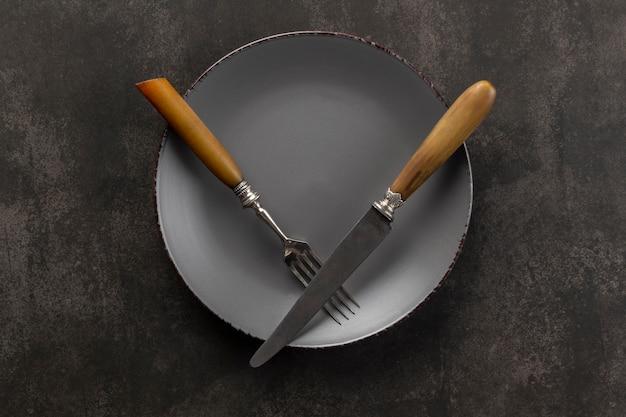 Assortimento tavola apparecchiata con piatto e posate