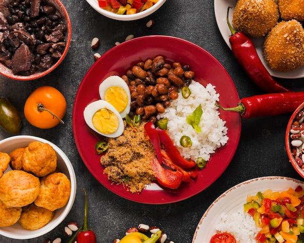 Composizione di cibo brasiliano gustoso piatto laici