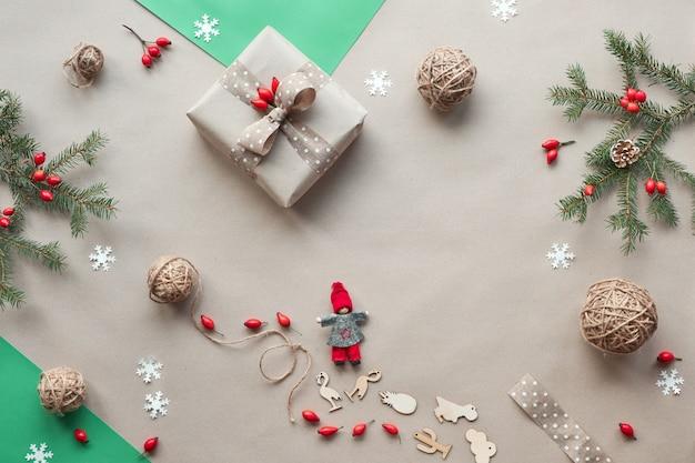 Vista piana laico e superiore su sfondo di carta artigianale. natale rifiuti zero, layout piatto concetto, carta artigianale. regali fatti in casa, decorazioni natalizie naturali senza plastica, natale verde ecologico.