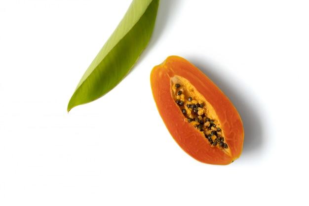 Composizione creativa di vista dall'alto laica piatta fatta di papaia e foglia