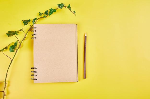 Notebook con vista dall'alto piatto laico, note con fiori famiglia futura, casa, obiettivi di vita e piano o avvio di una nuova attività, concetto di pianificazione, mock up.