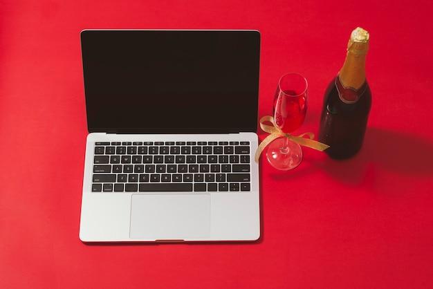 Scrivania da ufficio piatta, vista dall'alto. area di lavoro con laptop e decorazioni natalizie su superficie rossa