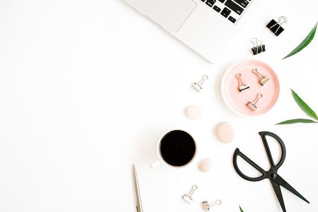 Scrivania da ufficio piatta, vista dall'alto. area di lavoro con laptop, tazza di caffè, forbici e clip su sfondo bianco.