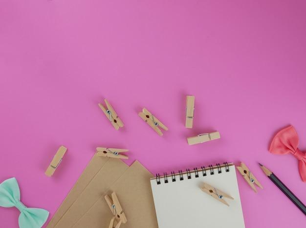 Flat lay, top view scrivania rosa con elementi decorativi