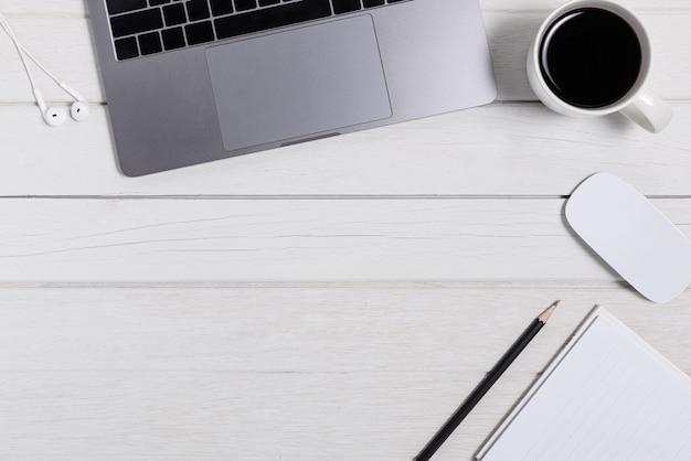 Scrivania da ufficio in legno con vista piana e dall'alto.