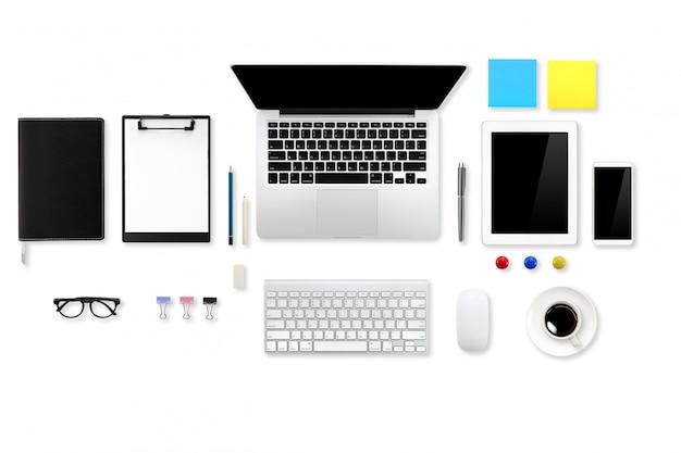 Scrivania bianca di affari dell'area di lavoro piana di vista superiore o di disposizione con il computer portatile, la compressa degli articoli per ufficio, il telefono cellulare e la tazza di caffè