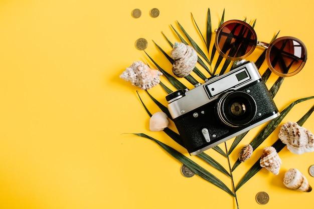 Accessori per viaggiatori piatti laici su giallo. vista dall'alto viaggio o concetto di vacanza