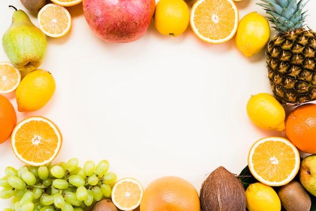 Disposizione piatta di frutti tropicali e agrumi Foto Premium