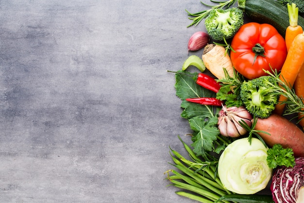 Lay piatto di varie verdure crude colorate