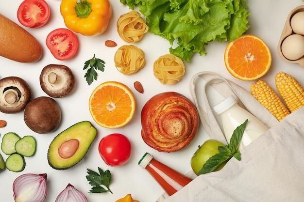 Lay piatto di varie verdure e frutta con carne