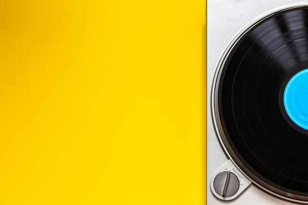 Giradischi in vinile piatto con disco lp rotante