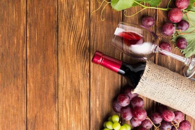 Composizione di vino piatto laico con lo spazio della copia