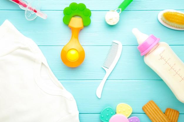 Lay piatto con giocattoli per bambini e bottiglia di latte