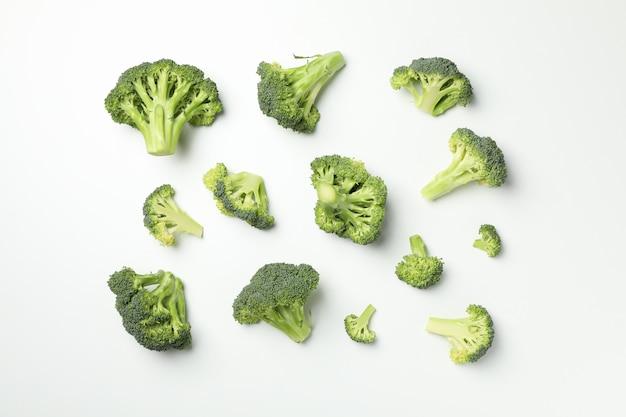 Piatto disteso con broccoli sulla superficie bianca