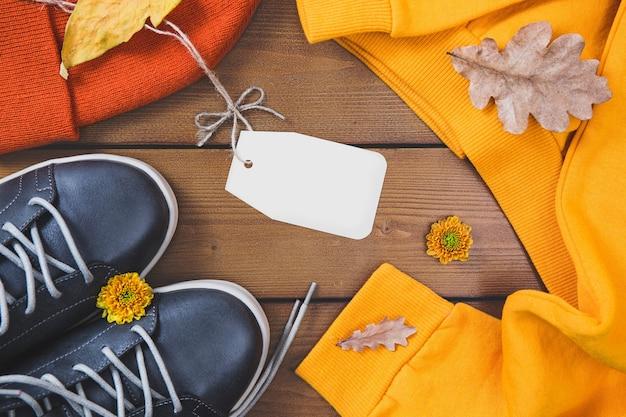 Lay piatto con un comodo abbigliamento caldo per il freddo. autunno confortevole, shopping di vestiti invernali, vendita, stile nel concetto di colori alla moda