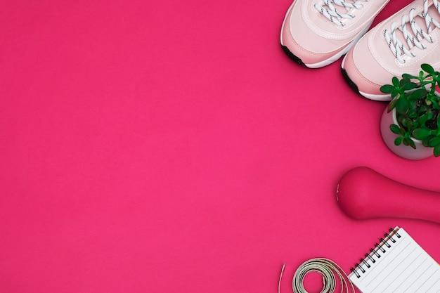 Piatto disteso con il concetto di perdita di peso dieta diabete scarpe da ginnastica, metro a nastro, glucometro su un rosa