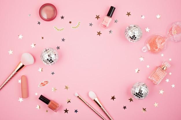 Piatto posare con accessori ragazze glamour su sfondo rosa