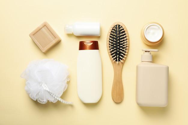 Lay piatto con il concetto di igiene su sfondo beige, vista dall'alto